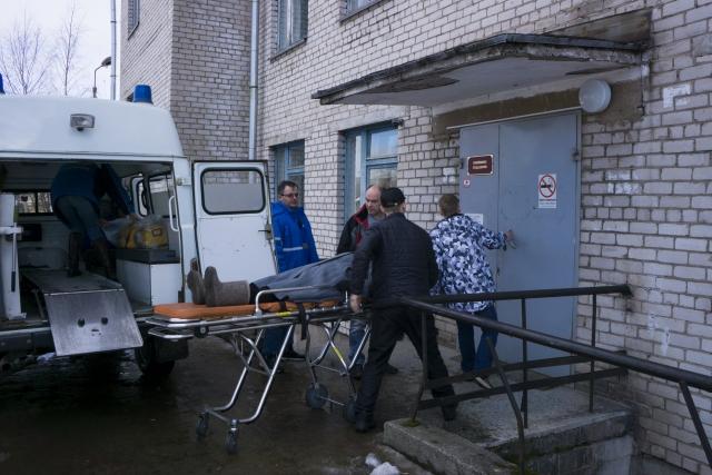 В больнице женщину уже ждут архангельские специалисты, осталось отнести больную на носилках в нужную палату