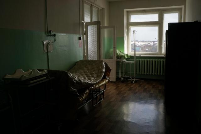 Если в крупных городах больничные коридоры порой оказываются заняты койками с пациентами, то в маленьких населенных пунктах такого не бывает. Если здесь и стоят кровати, то пустые или с матрасами, которые сушат после стирки