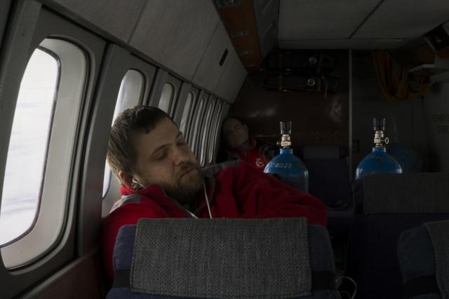 В каждый рейс бригада берет с собой кислородные баллоны. Их и другие вещи, которые могут потребоваться во время полета, хранят в отдельном кабинете Архангельской областной больницы