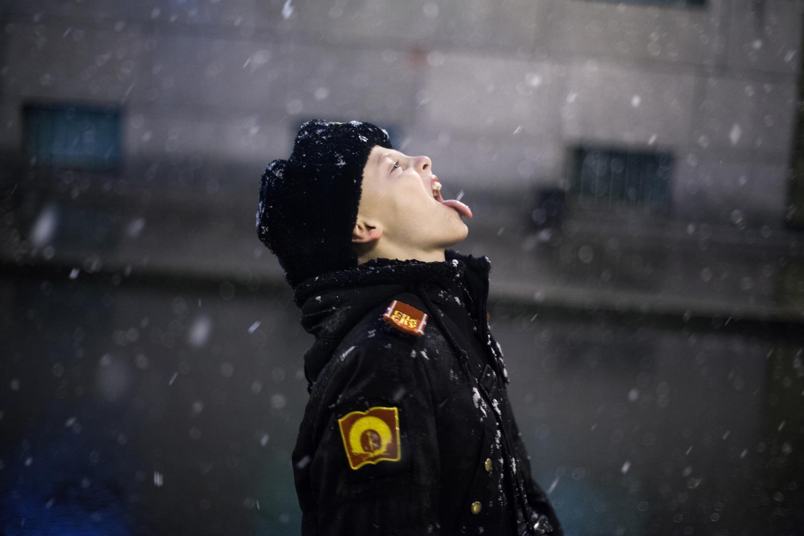 Зимой учащимся запрещено играть в снежки. Но, конечно, ребенок всегда найдет, как себя развлечь