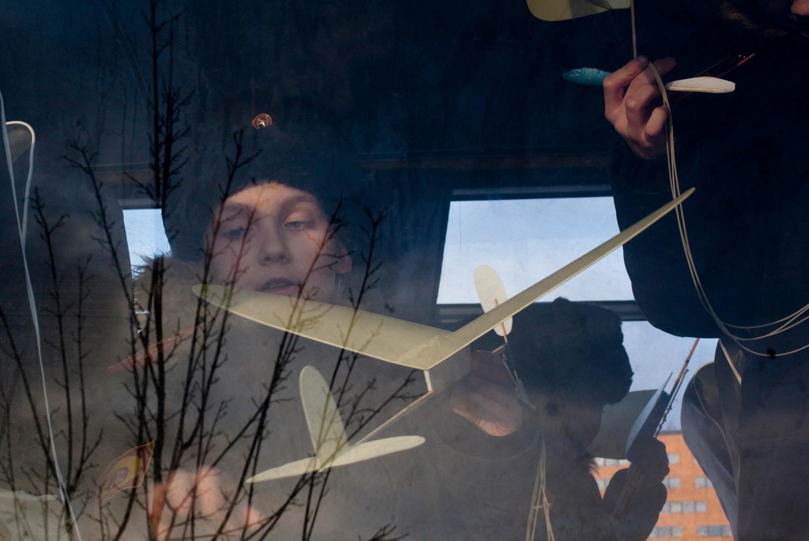 На авиамоделировании мальчики своими руками изготавливают простейшие модели самолетов и учатся правильно их запускать