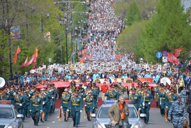 Десятки тысяч человек прошли в «Бессмертном полку» в Хабаровском крае