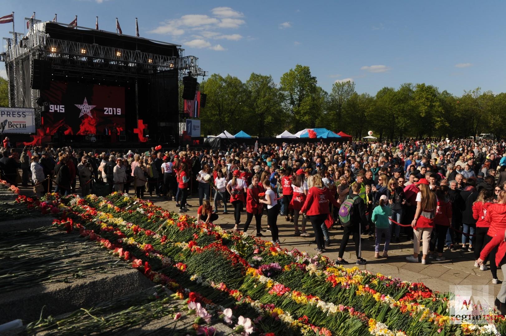 Возложение цветов у памятника Освободителям в Риге