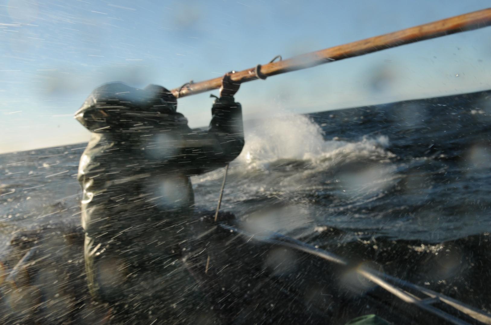 На большой скорости и при хорошей волне лодку с людьми заливает морской водой