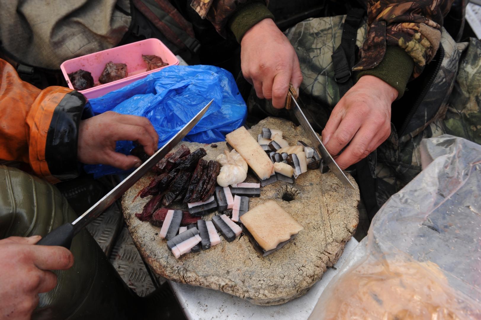 Чукчи едят кожу кита – свежую и вареную, нарезав ее мелкими ломтиками