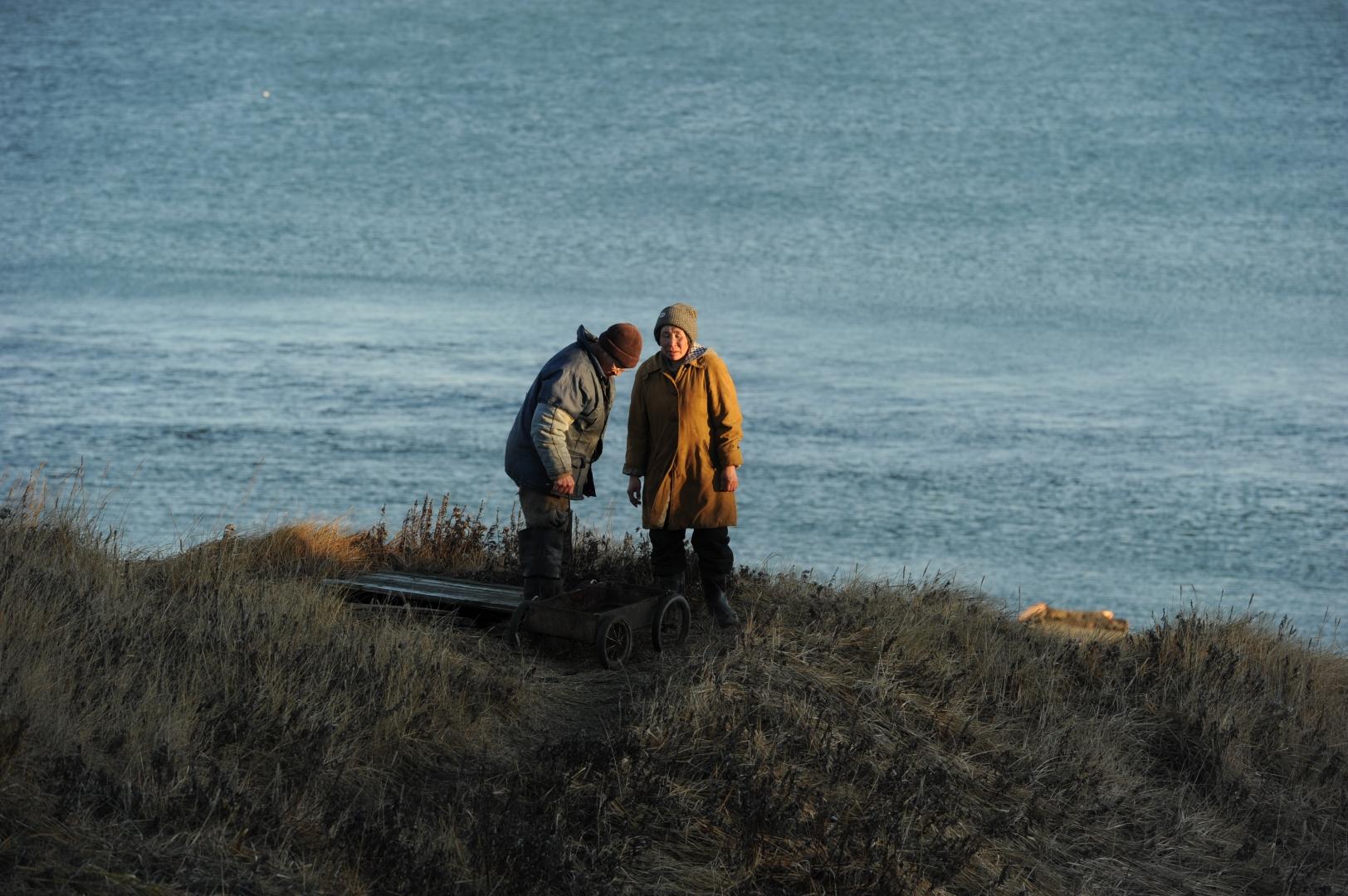 Чукчи села Лорино мясо добытых на охоте морских животных закладывают и хранят в мясные ямы, которые вырыты здесь же, у побережья. В условиях вечной мерзлоты – это лучший и современный вариант «холодильника»