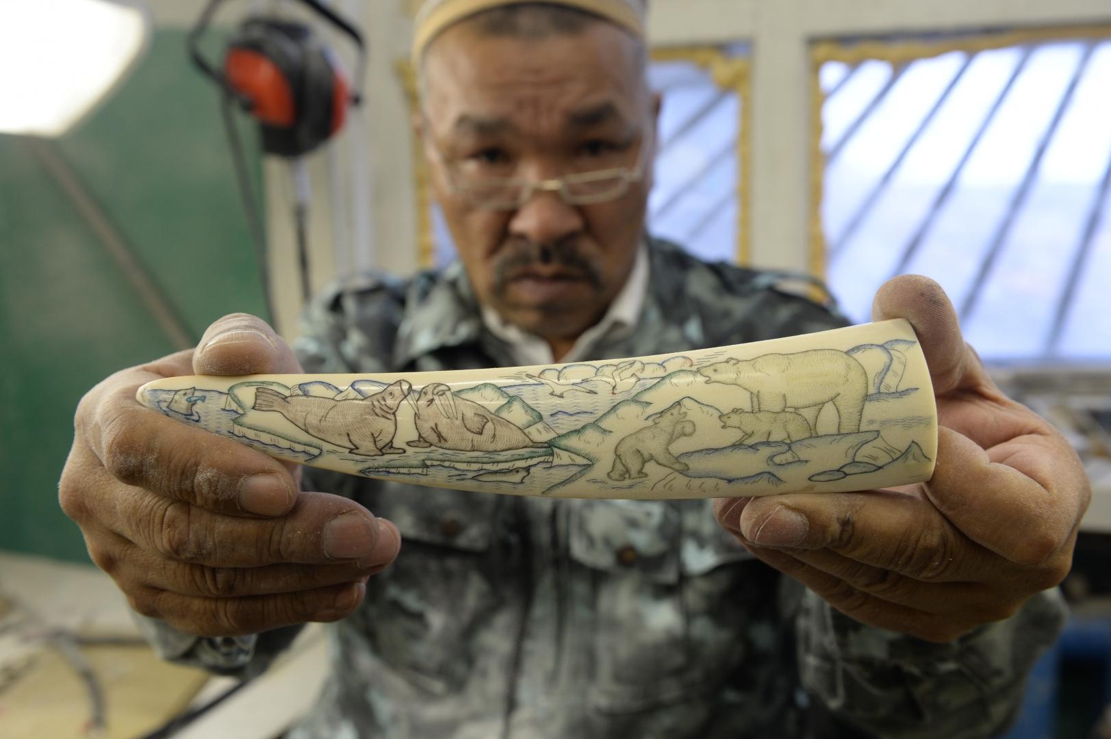 В лоринской художественной мастерской мастера демонстрируют свои сувенирные изделия, сделанные на клыке моржа
