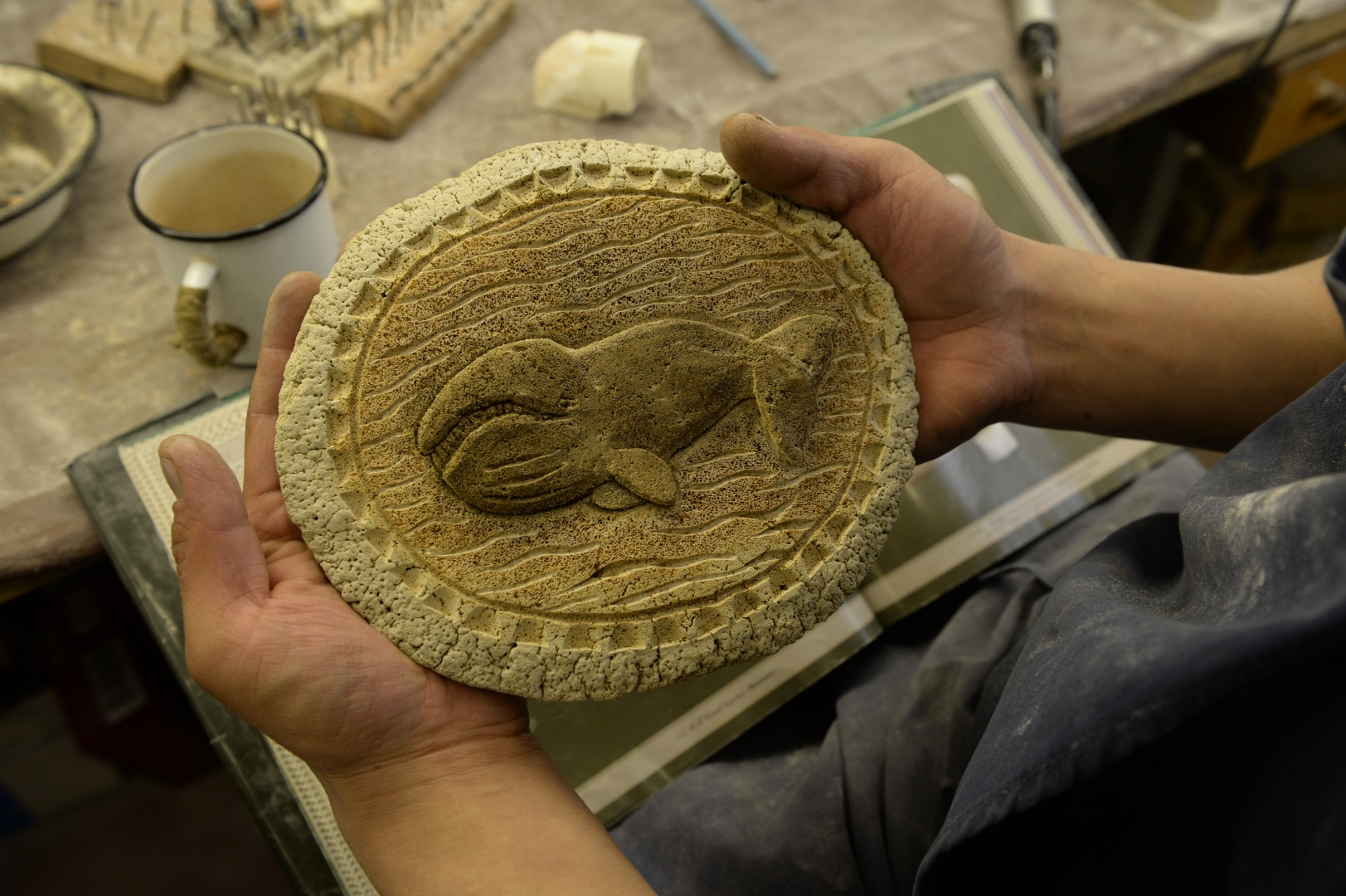 В лоринской художественной мастерской мастера демонстрируют свои сувенирные изделия, сделанные на позвонке серого кита