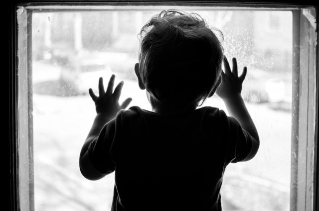 Ребенок у окна