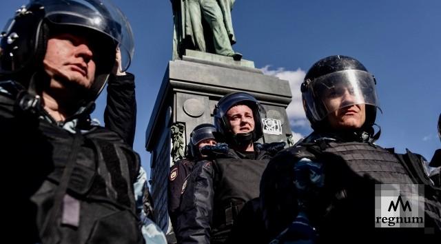 Противников нового храма в Екатеринбурге ОМОН оттеснил от забора