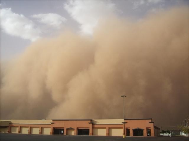 В китайской Внутренней Монголии из-за песчаных бурь днем стало как ночью