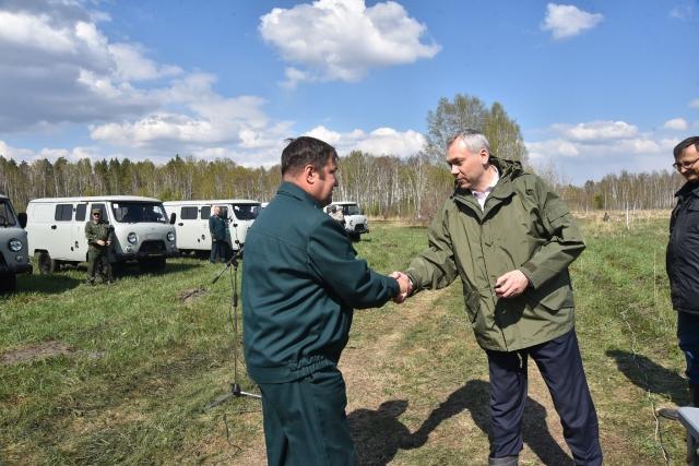 Новосибирский губернатор вручил лесоводам ключи от 39 спецавтомобилей