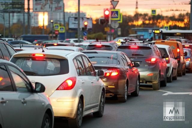 Многокилометровые пробки сковали Москву и без дождя