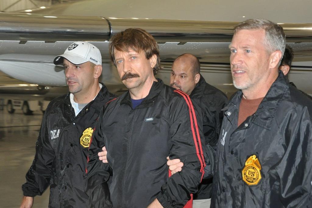 Виктор Бут в сопровождении сотрудников DEA 16 ноября 2010 года после выдачи США