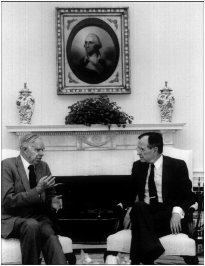 Гленн Сиборг рассказывает президенту США Джорджу Бушу о «холодном синтезе» на встрече в Белом доме 14 апреля 1989 года. Фото из архива Национальной лаборатории Эрнеста Орландо Лоуренса в Беркли
