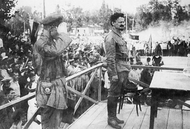 Лев Троцкий выступает на митинге