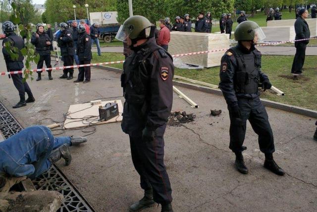 Полиция на Октябрьской площади в Екатеринбурге