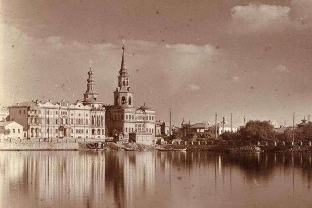 Екатерининский собор до сноса на фоне Городского пруда