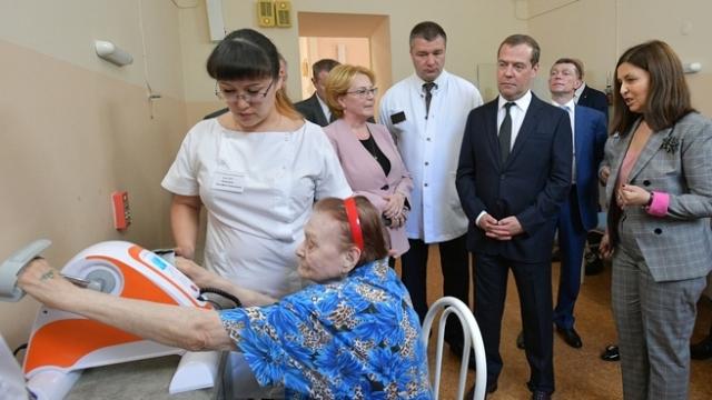 «В России надо сформировать сеть гериатрических центров» — Медведев