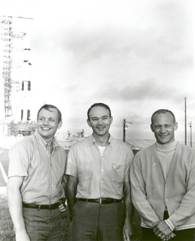 Нил Армстронг, Майкл Коллинз и Эдвин Олдрин во Флориде на фоне космического корабля «Аполлон-11». 1969