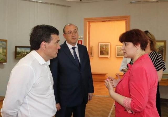 Премьер-министр Иван Моторин, глава администрации Алатыря Юрий Боголюбов и работники культуры