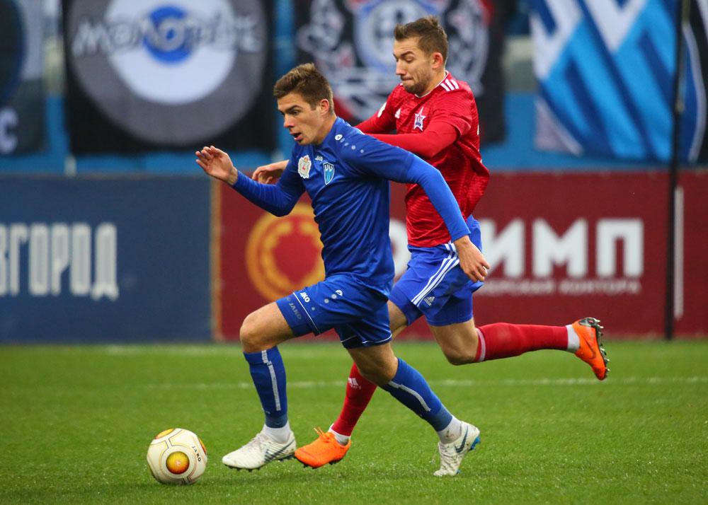 Игроки футбольных клубов «СКА-Хабаровск» и «Нижний Новгород» на матче