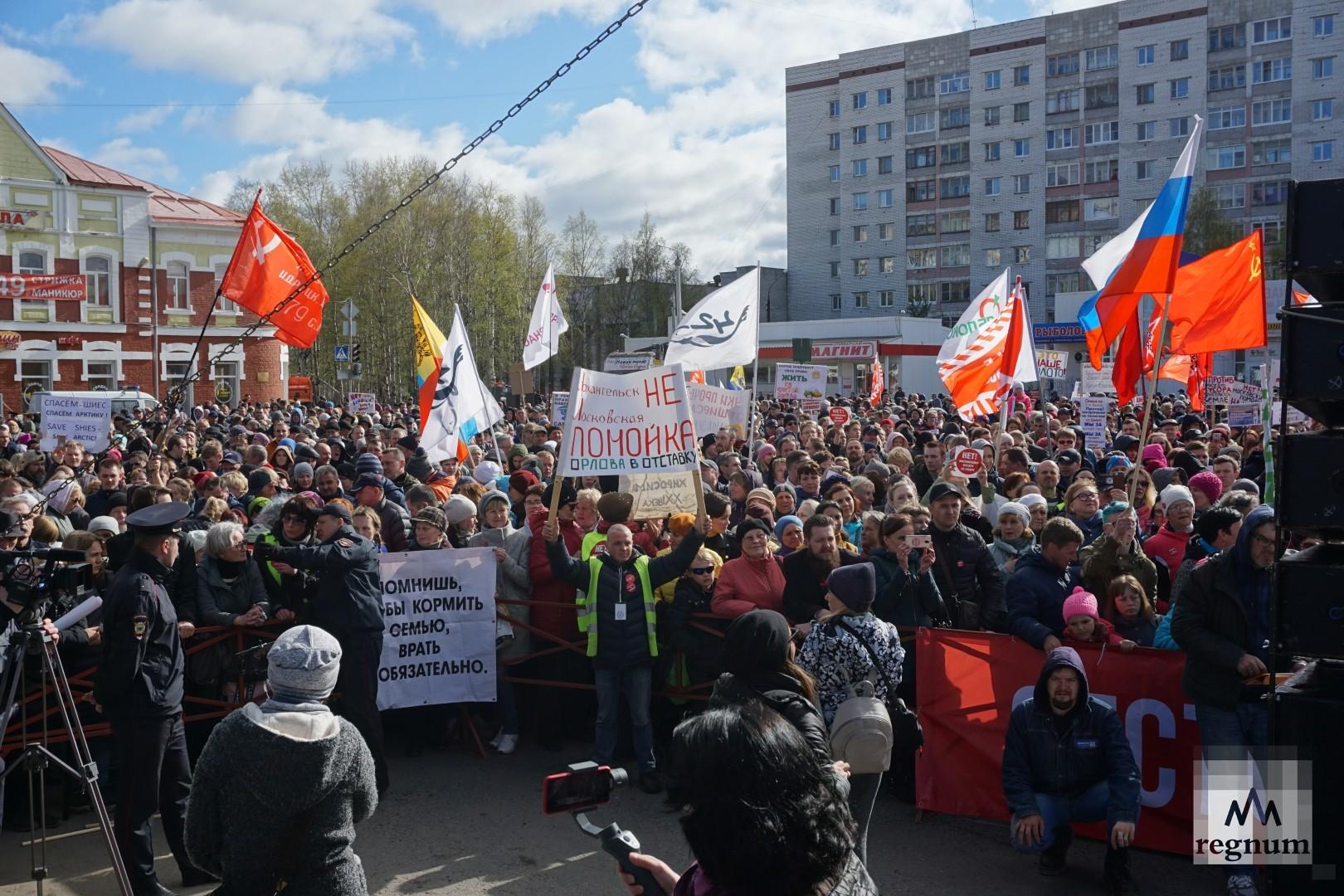 После проведения многотысячного несогласованного митинга в центре Архангельска, местные власти разрешили протестующим собраться недалеко от центра — на площади Терехина