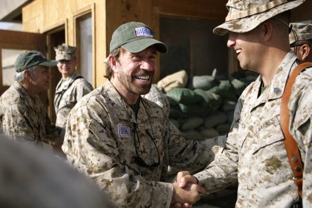 Актер Чак Норрис приехал на военную базу США на танке
