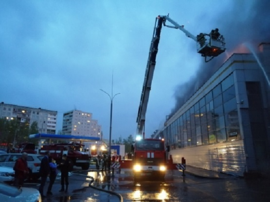 Тушение пожара в автосалоне. Кемерово