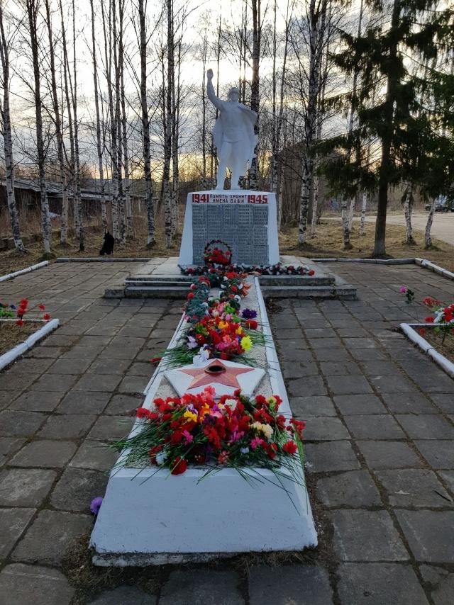 Вечный огонь на военном мемориале в Боброво — редкое явление в сельской местности