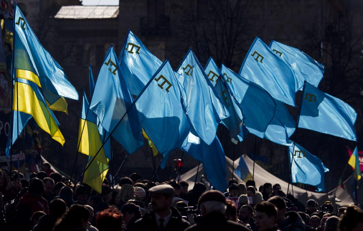 Демонстранты с украинскими и крымскотатарскими флагами во время акции протеста в поддержку крымских татар на площади Независимости в Киеве. 8 марта 2014