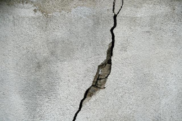 Последний звонок в Омске: на выпускников рухнула штукатурка с потолка