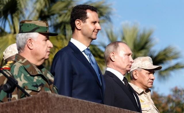 Владимир Путин с президентом Сирии Башаром Асадом  и министром обороны России Сергеем Шойгу во время посещения авиабазы Хмеймим в Сирии