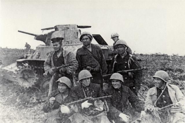 Советские десантники возле подбитого японского танка. 1945