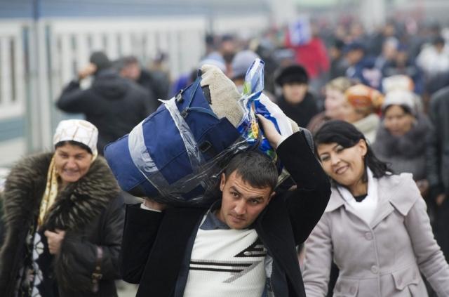 «На работу в Россию»: количество мигрантов из Таджикистана бьет рекорды