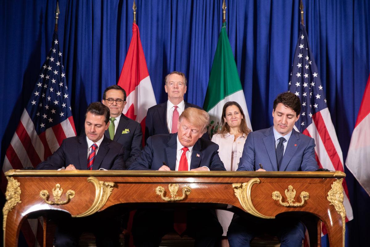 Бывший президент Мексики Энрике Пенья Ньето, президент США Дональд Трамп и премьер-министр Канады Джастин Трюдо подписывают соглашение USMCA во время саммита G20 в Буэнос-Айресе