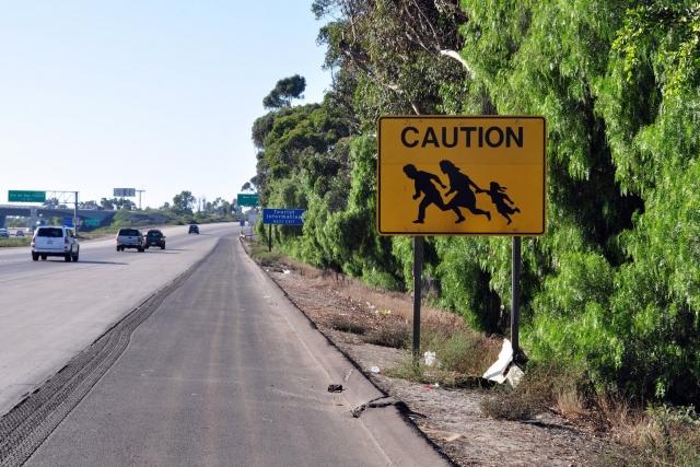 Знак, расположенный недалеко от мексиканского города Тихуана, предупреждающий о мигрантах из Мексики