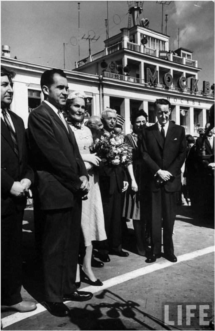 Хайман Риковер (четвёртый слева) в составе делегации вице-президента США Ричарда Никсона в Москву в 1959 году в аэропорту Внуково