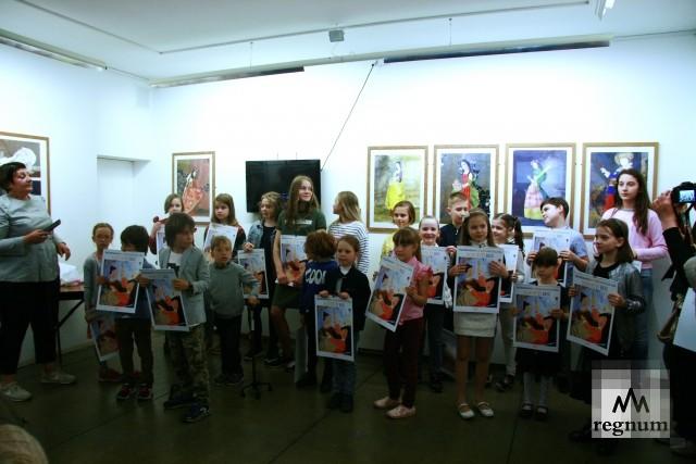 Юные художники и их руководитель