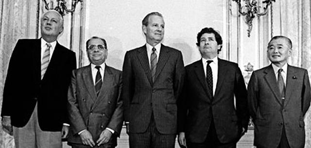 Соглашение в отеле «Плаза». Слева — Герхард Столтенберг из Западной Германии, Пьер Береговой из Франции, Джеймс А. Бейкер III из США, Найджел Лоусон из Великобритании и Нобору Такешита из Японии