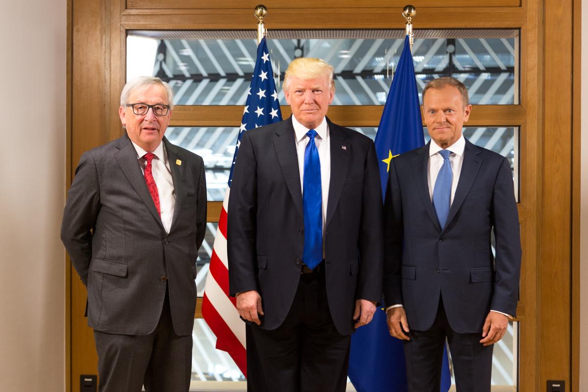 Дональд Трамп с лидерами Европейского союза, президентом Жан-Клодом Юнкером (слева) и президентом Европейского совета Дональдом Туском (спрва)