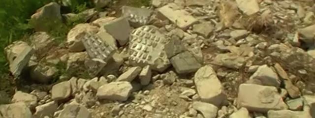Обломки памятника