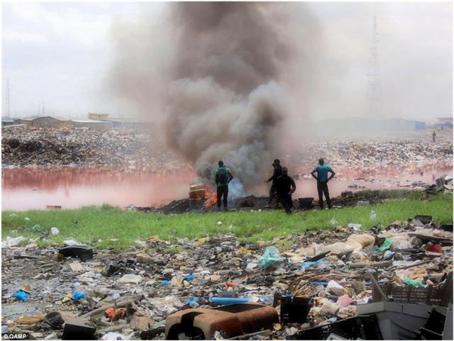 Передовой западный рециклинг на африканском аутсорсинге. В развитых странах переработка тонны б/у электроники на спецзаводе стоит $5000, а «тариф» за тонну на знаменитой свалке Анбогблоши в Гане — $10. Из старых телевизоров и ПК выжигаются цветные металлы, которые скупаются фирмами из ЕС