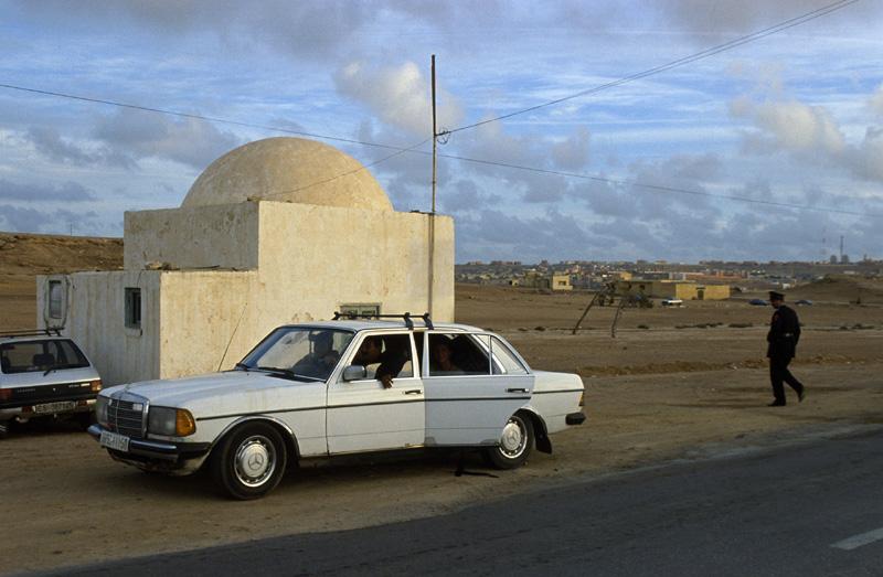 Марокканский полицейский контрольно-пропускной пункт в пригороде Эль-Аюн