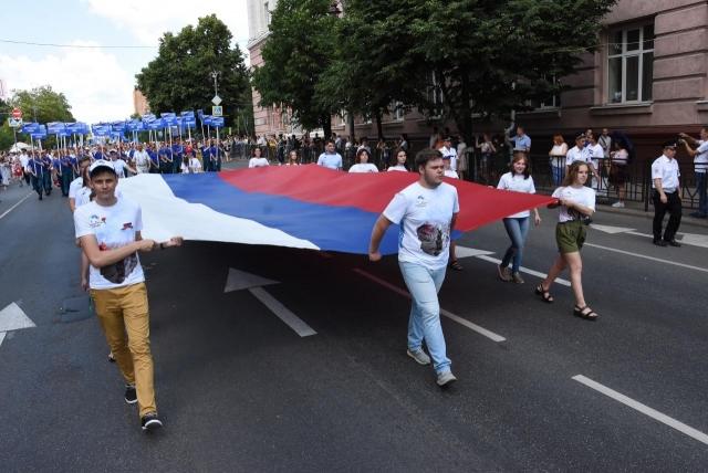 «Парад дружбы», фестиваль еды и салют: двойной праздник в Курске
