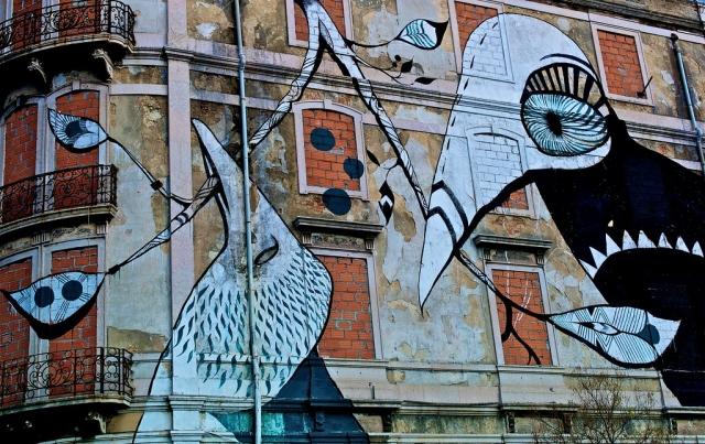 Стрит-арт на стене заброшенного дома