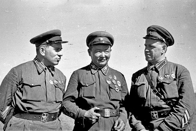 Командарм 2-го ранга Г. М. Штерн, маршал Монгольской Народной Республики Х. Чойбалсан и командир корпуса Г. К. Жуков на командном пункте Хамар-Дабан