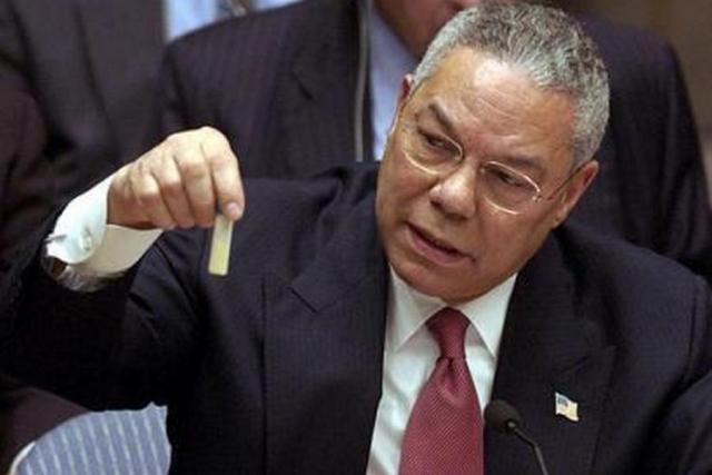 Колин Пауэлл демонстрирует пробирку с биологическим оружием (сибирской язвой) на заседании ООН 5 февраля 2003 года. После этого президент США Джордж Буш отдал приказ о начале войны в Ираке