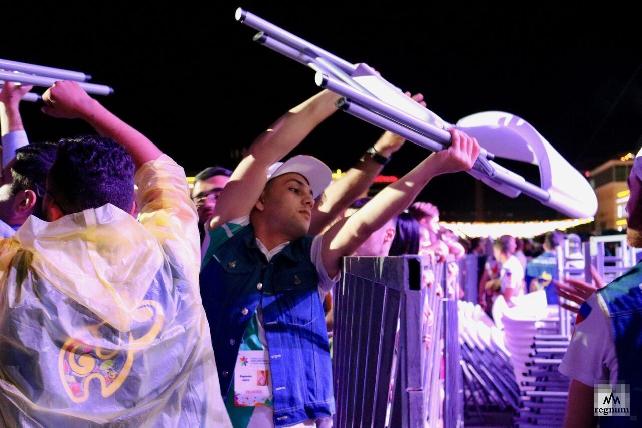 Перед концертом рэпера Akon зрители и волонтёры убирали 2 тысячи стульев, передавали их на руках