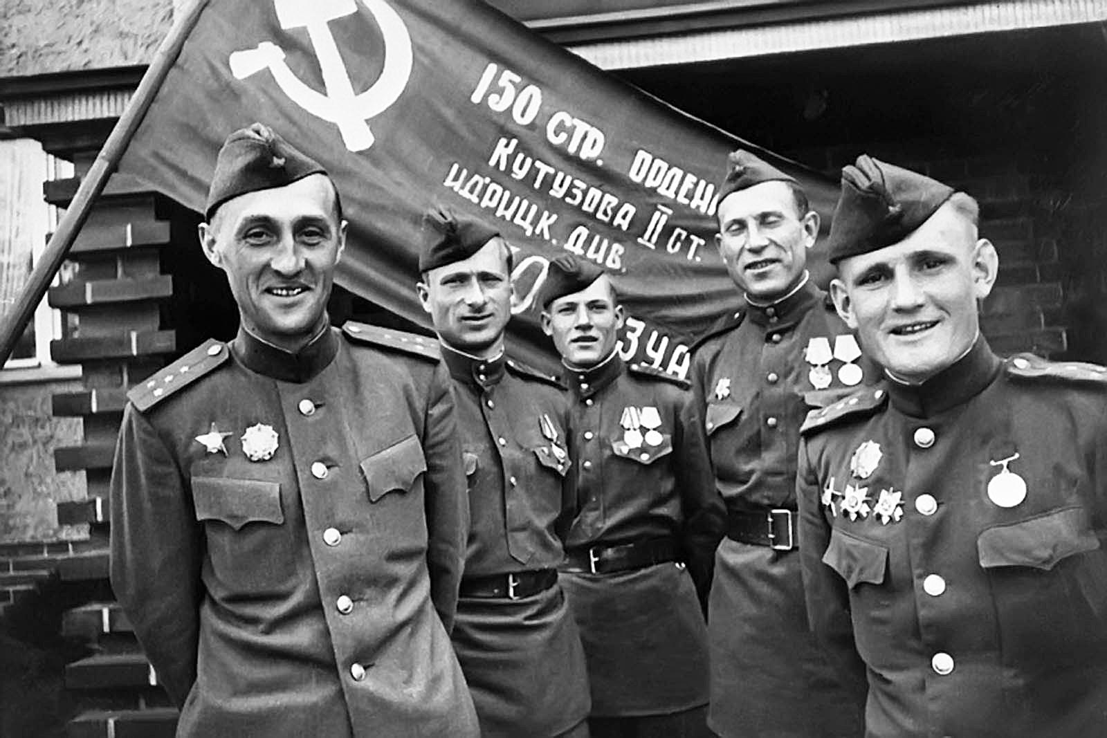 Участники штурма Рейхстага (слева направо) К. Я.Самсонов, М. В.Кантария, М. А.Егоров, И. Я.Сьянов, С. А.Неустроев у Знамени Победы. Май 1945 года